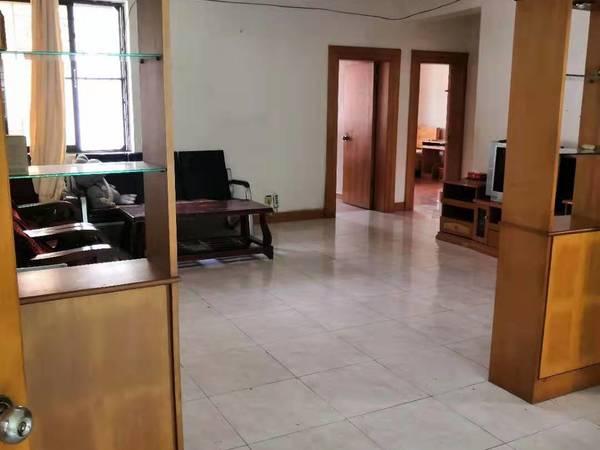 元洪新村三室两厅两卫出售一口价133万元。